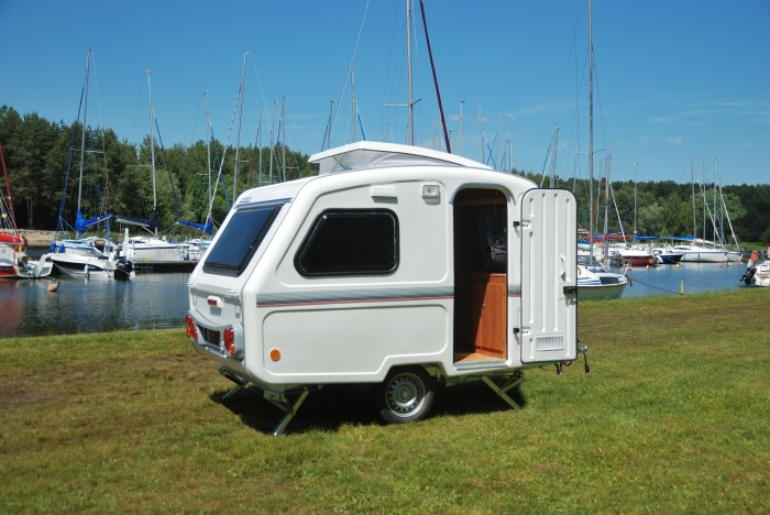 neue wohnwagen kleiner mini wohnwagen 750 kg gesamtgewicht mit hubdach gebremst bis 4. Black Bedroom Furniture Sets. Home Design Ideas